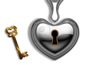 10919985-cuore-d-39-argento-con-un-buco-della-serratura-e-una-chiave-d-39-oro-su-sfondo-bianco